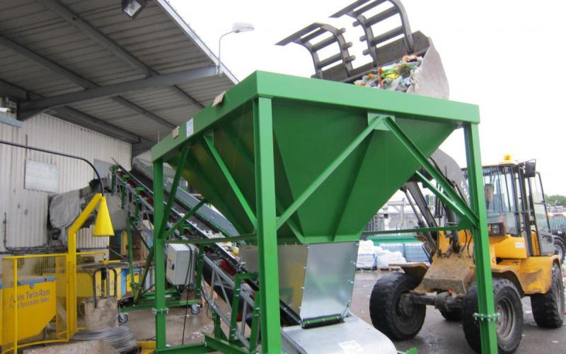 Trémie d'alimentation avec extracteur et convoyeur à bande Tecnitude pour le transport de déchets plastiques
