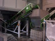 Convoyeur à bande Tecnitude avec auget de réception pour le transport de plastiques